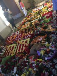 Davant del sepulcre ha quedat una catifa de flors que el públic ha immortalitzat amb fotografies // Marc Pidelaserra