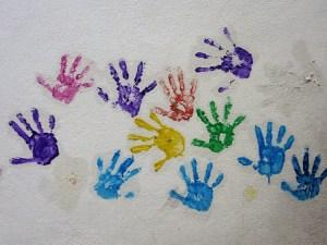 Détoxification des enfants et polluants environnementaux - traces de mains colorées