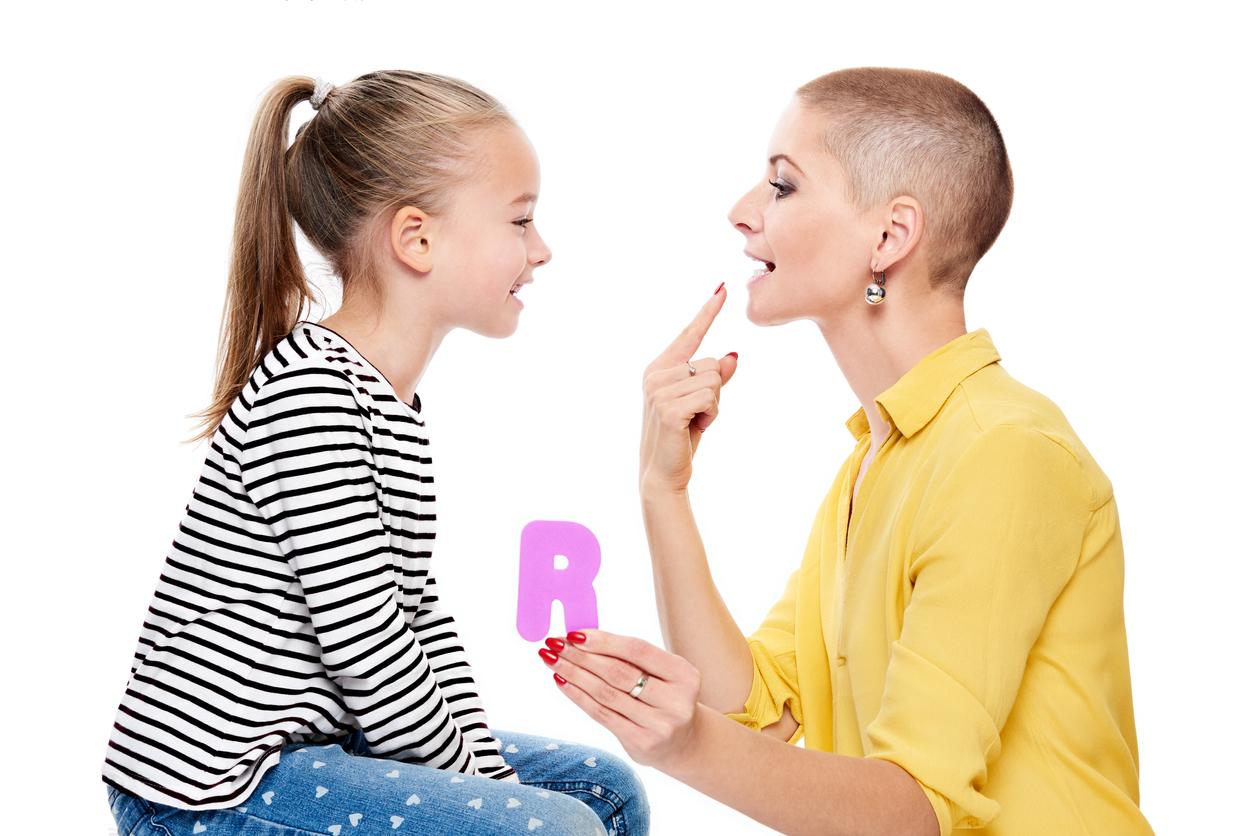 fille avec orthophoniste pratiquer la prononciation correcte