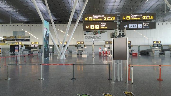 El aeropuerto de Santiago vuelve a la vida tras un mes sin vuelos