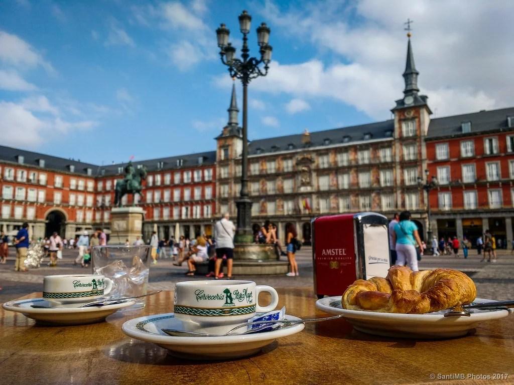 Relaxing cup of café con cruasán
