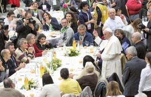 O Papa Francisco toma a palavra antes do almoço com os sem abrigo, desempregados e migrantes, no átrio Nervi do Vaticano, 19 de novembro de 2017, EPA/CLAUDIO PERI.