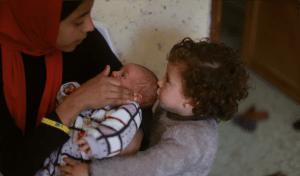 Mãe com duas crianças