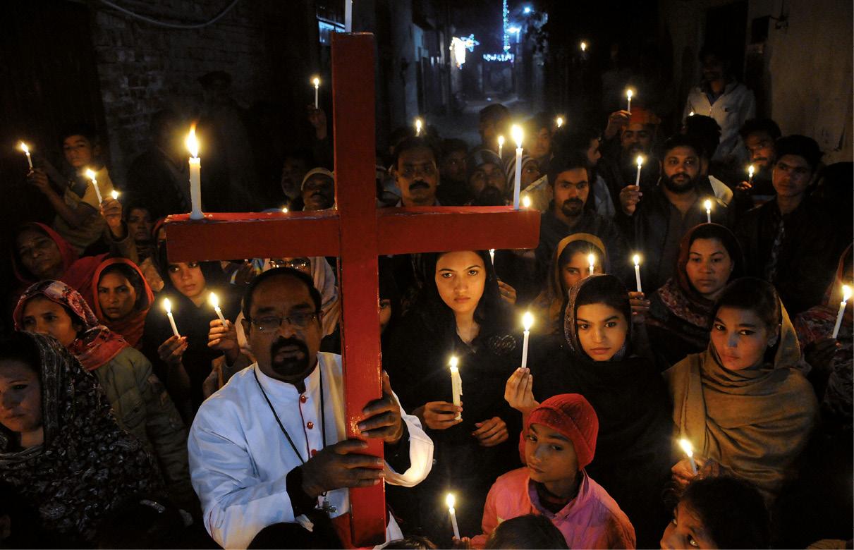 Cristãos do Paquistão numa vigília em memória das vítimas do ataque à igreja metodista, em Multam, Paquistão, dezembro de 2018. O Paquistão é um país de maioria Muçulmana Sunita, com cerca de 4 milhões de cristãos, numa população total de 200 milhões. LUSA, EPA/FAISAL KAREEM.