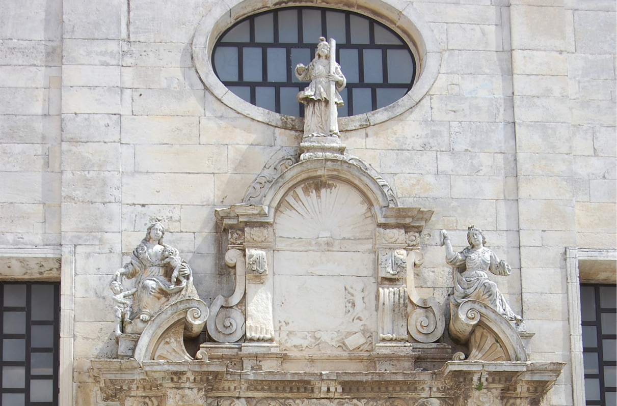 Fachada da Sé de Aveiro, as três virtudes teologais - Fé, Esperança e Caridade.