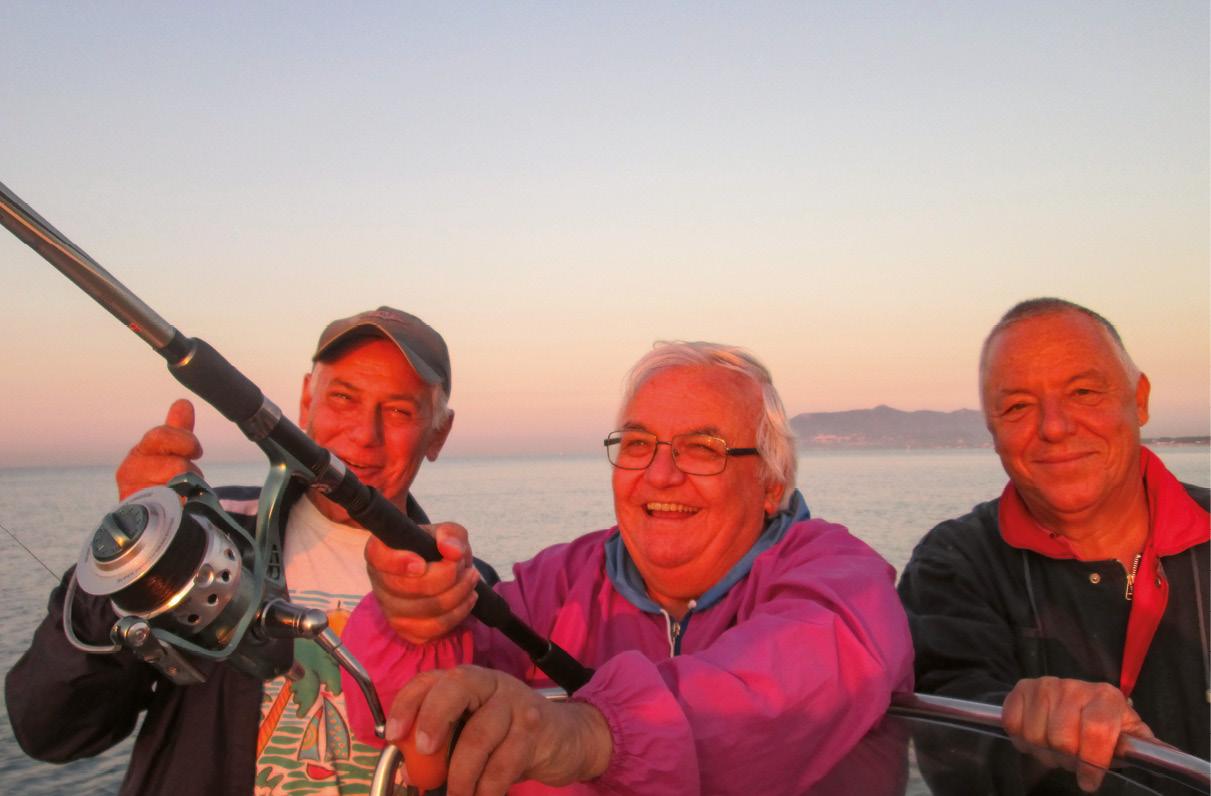 Frei Domingos, pescador, com amigos de férias em Sabaudia, Itália. Foto MSA / Severino