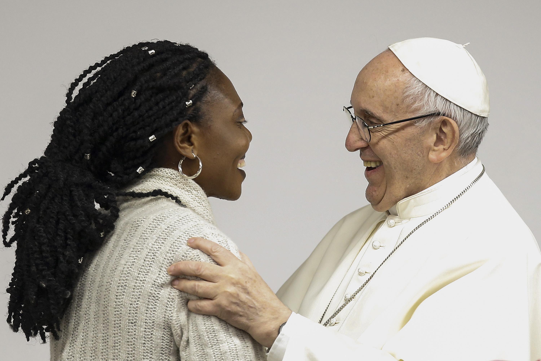 O Papa Francisco cumprimenta a jovem Bendice Okoedion, que foi vítima de tráfico de seres humanos, reunião pré-sinodal com jovens no Colégio Maria Mater Ecclesiae, em Roma, Itália, 19 de março de 2018. EPA / FABIO FRUSTACI