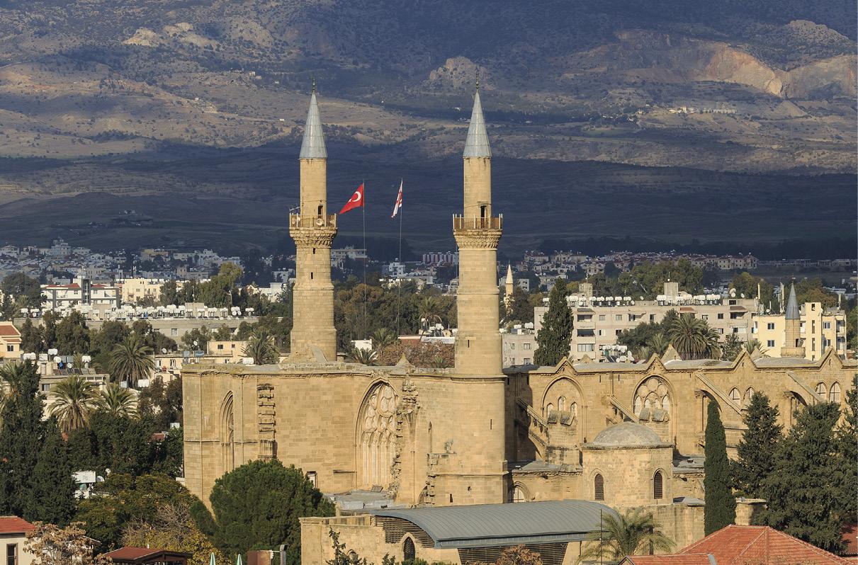 Catedral (gótica) de Santa Sofia, hoje no lado turco - Mesquita Selimiye, Nicósia, Chipre, com as bandeiras da Turquia e do Chipre do Norte. Foto A.Savin (Wikimedia Commons).