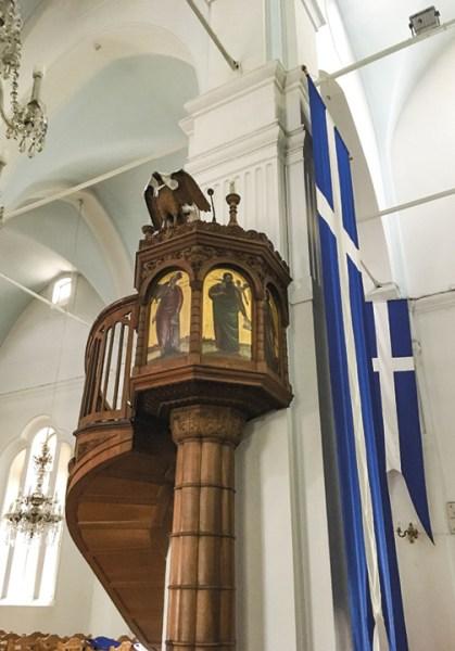 Catedral de Santa Maria (interior), com bandeiras gregas. Foto de Inês Bolinhas.