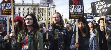 Manifestantes protestam frente ao parlamento em Londres, Grã-Bretanha, contra o uso de ação militar na Síria, 16 de abril de 2018. EPA / ANDY RAIN