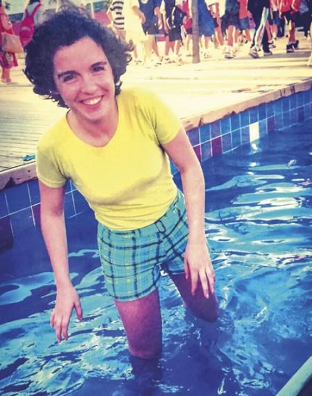 A autora com os pés na água, em junho de 1998.