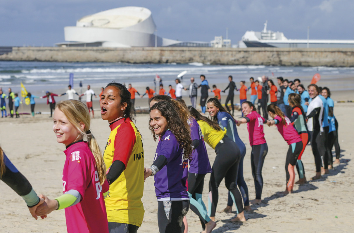 Cordão humano na luta pela qualidade do mar e das ondas, praia de Matosinhos, 14 de abril de 2018. JOSÉ COELHO/LUSA