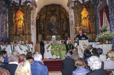 O bispo de Coimbra, D. Virgílio Antunes, fala à assembleia, por ocasião da apresentação do livro comemorativo dos 50 anos do regresso dos frades menores conventuais.