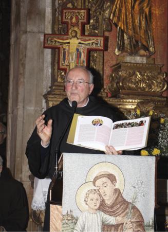 Frei Severino apresenta o livro comemorativo dos 50 anos do regresso dos frades.