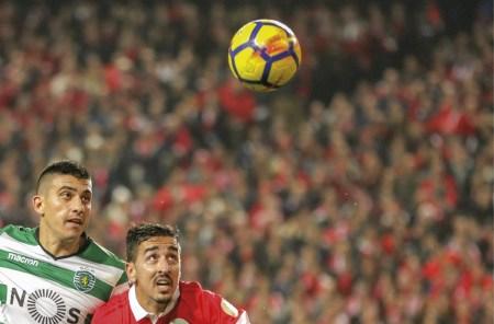 André Almeida, do Benfica, e Battaglia, do Sporting, Primeira Liga Portuguesa de Futebol, Estádio da Luz em Lisboa, Portugal, em 03 de janeiro de 2018. EPA / MANUEL DE ALMEIDA.