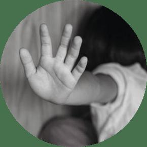 Criança dizendo não à violência.