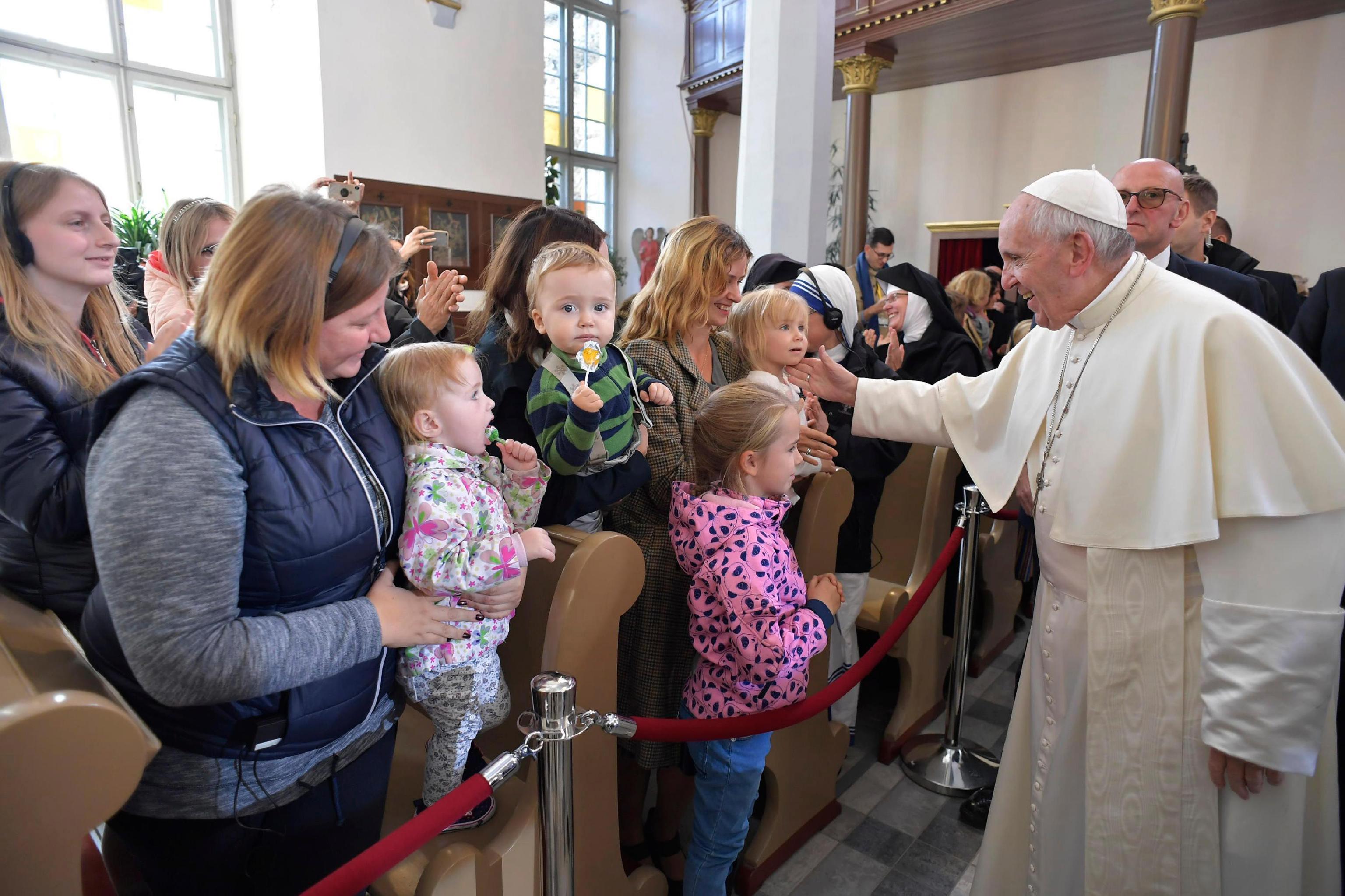 Papa Francisco participando no encontro com o povo assistido pelas obras de caridade da Igreja na Catedral de São Pedro e São Paulo em Tallinn, Estônia, 25 de setembro de 2018. EPA / MÍDIA VATICANA