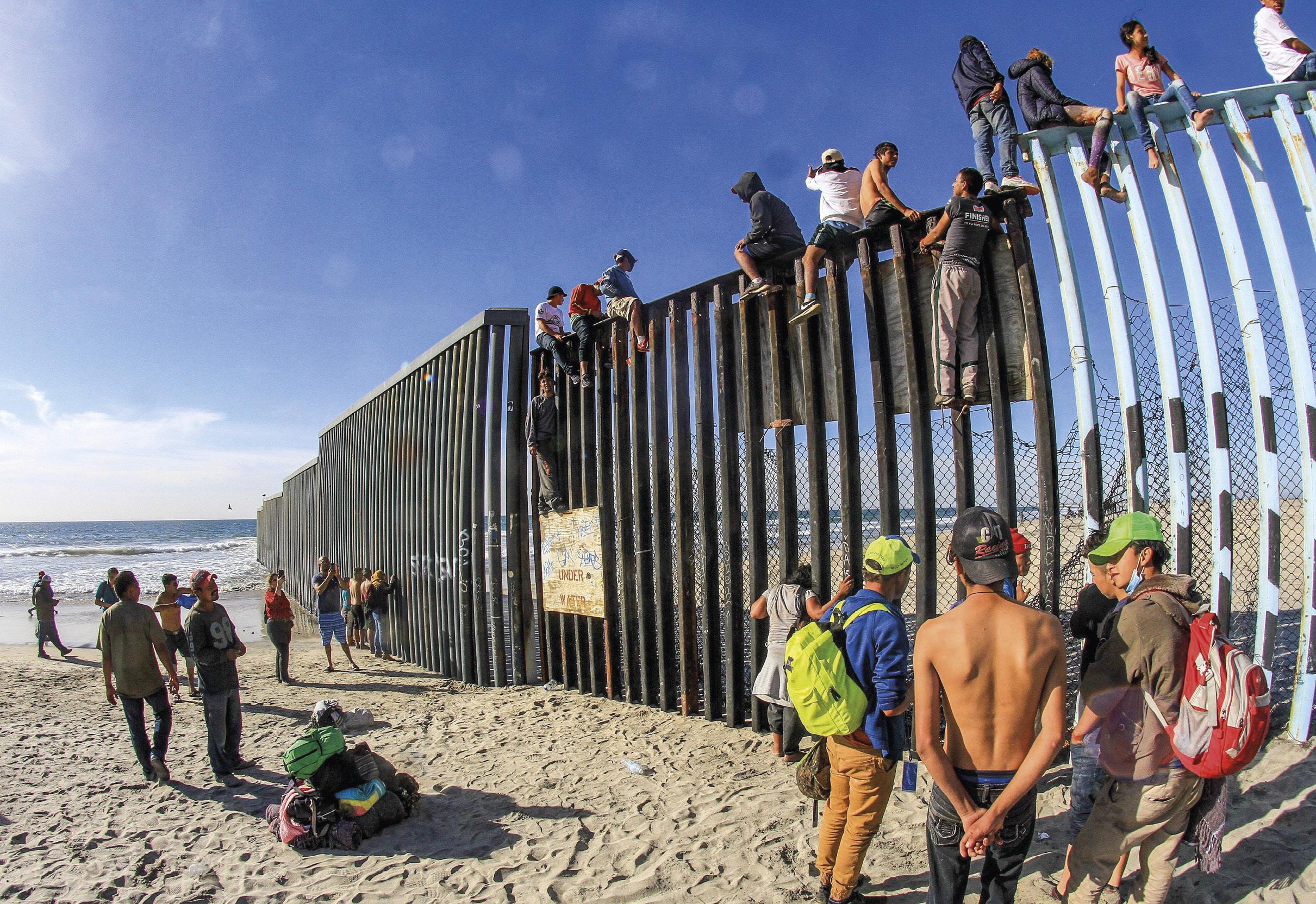 Caravana de migrantes centro-americanos escalam o muro da fronteira entre o México e os Estados Unidos, em Tijuana, novembro de 2018. EPA / JOEBETH TERRIQUEZ
