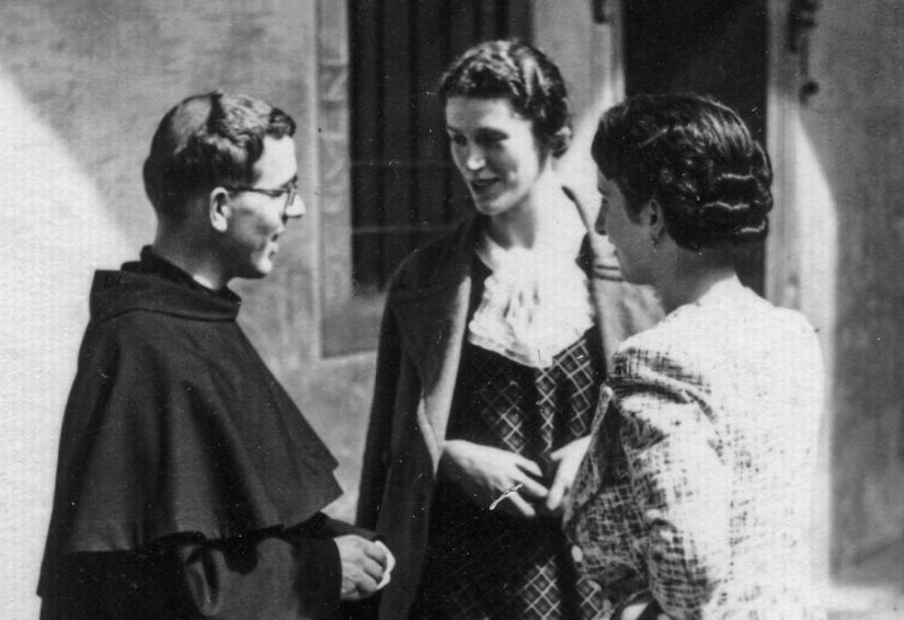 Frei Placido Cortese com a irmã e uma prima.