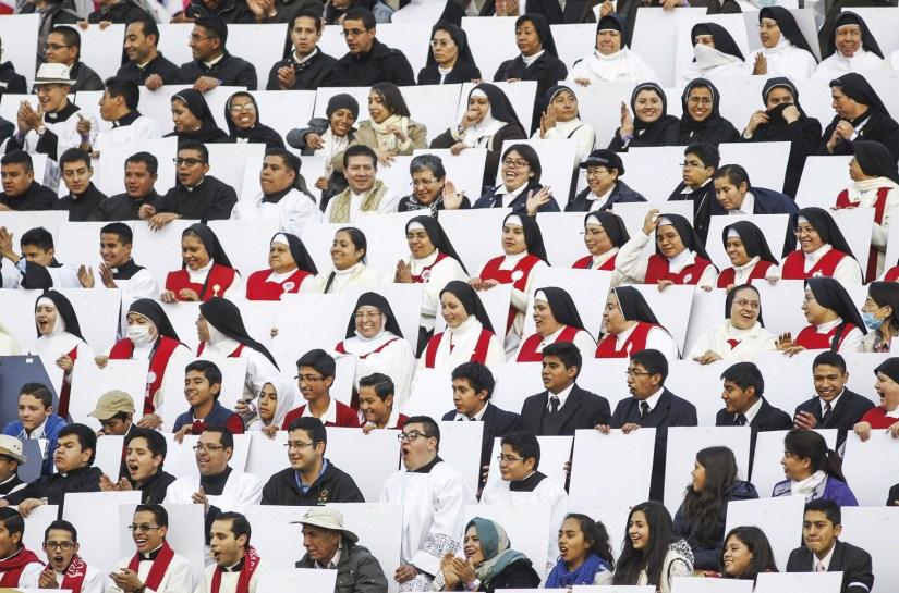 Primeira visita de Francisco como Papa a um México predominantemente católico: Jovens, padres, freiras e outros fiéis aguardam a chegada do Papa Francisco no estádio Venustiano Carranza, em Morelia, México, 16 de fevereiro de 2016. EPA / ULISES RUIZ BASURTO.