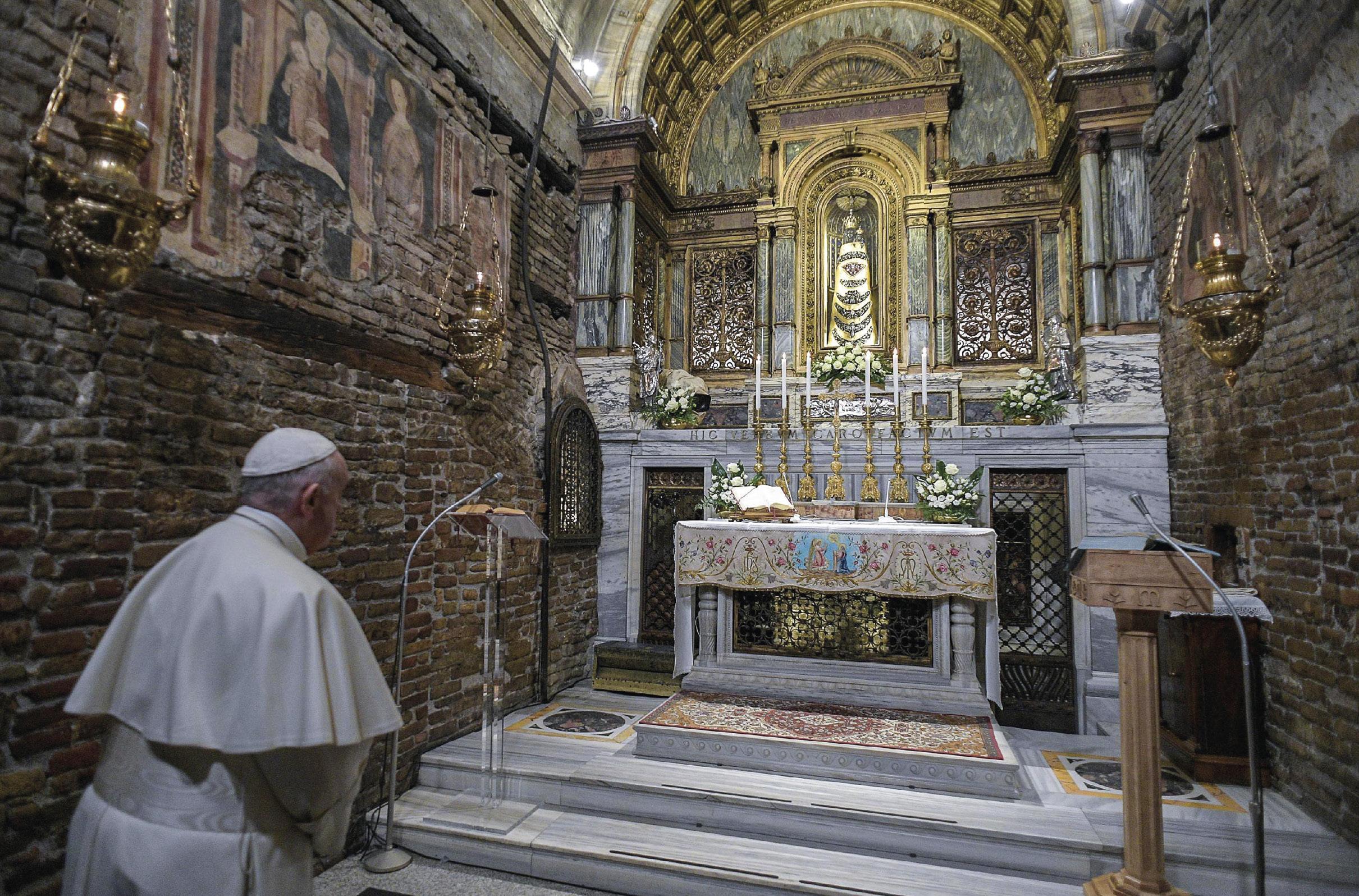 O Papa Francisco reza junto ao altar do Santuário Mariano da Santa Casa do Loreto, onde assinou, a 25 de março de 2019, dia da Anunciação de Nossa Senhora, a Exortação Apostólica Christus Vivit (Cristo Vive).