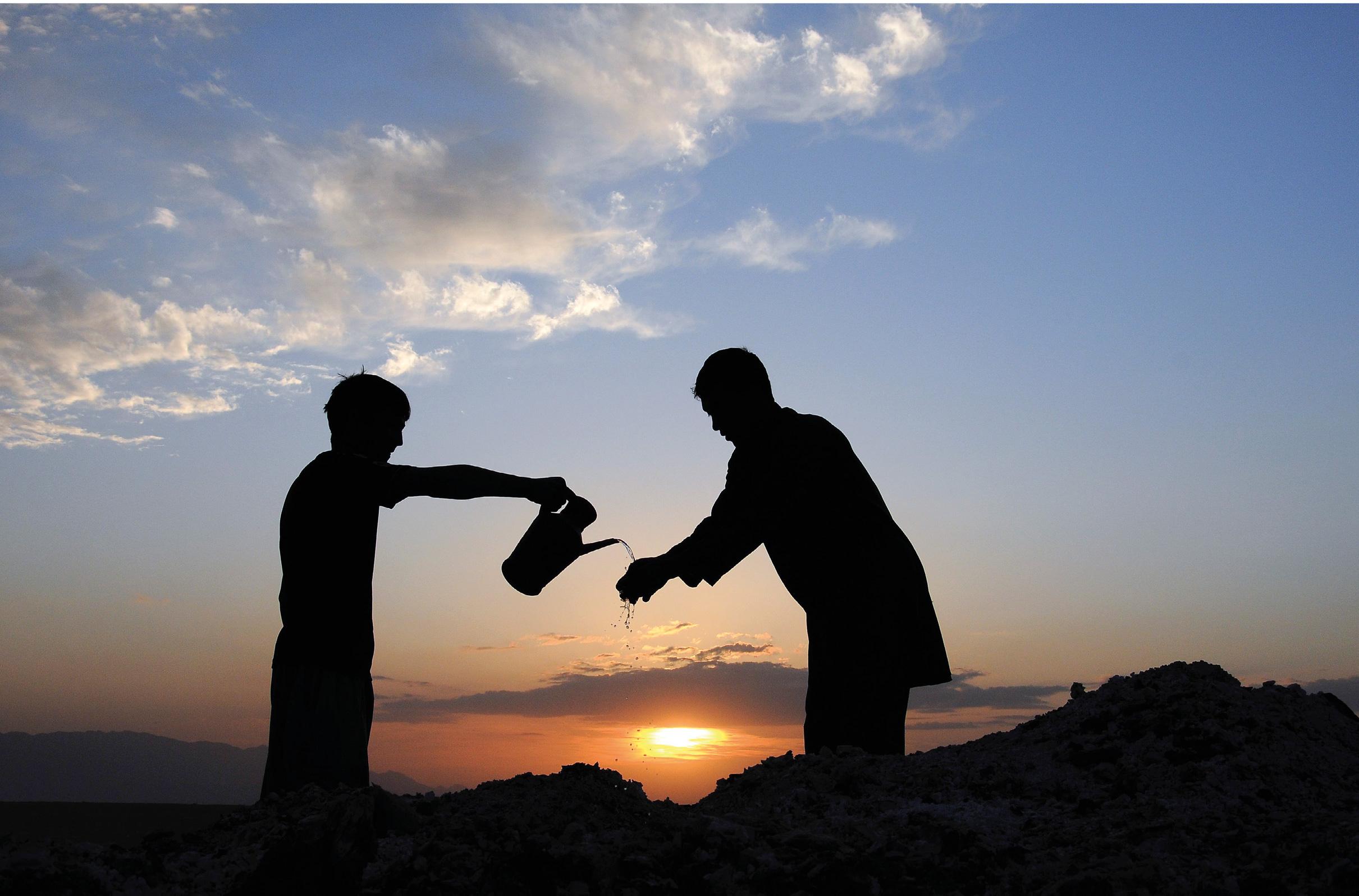Agricultores afegãos trabalham em seus campos em Mazar-e-Sharif, Afeganistão, 6 de abril de 2015. EPA / MUSTAFA DITO