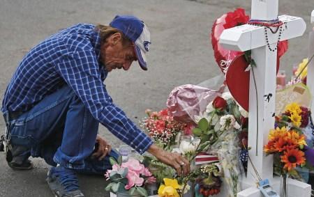 Memorial do massacre em Walmart, El Paso, Texas, a 6 de agosto de 2019, onde foram assassinadas 22 pessoas e quarenta ficaram feridas.