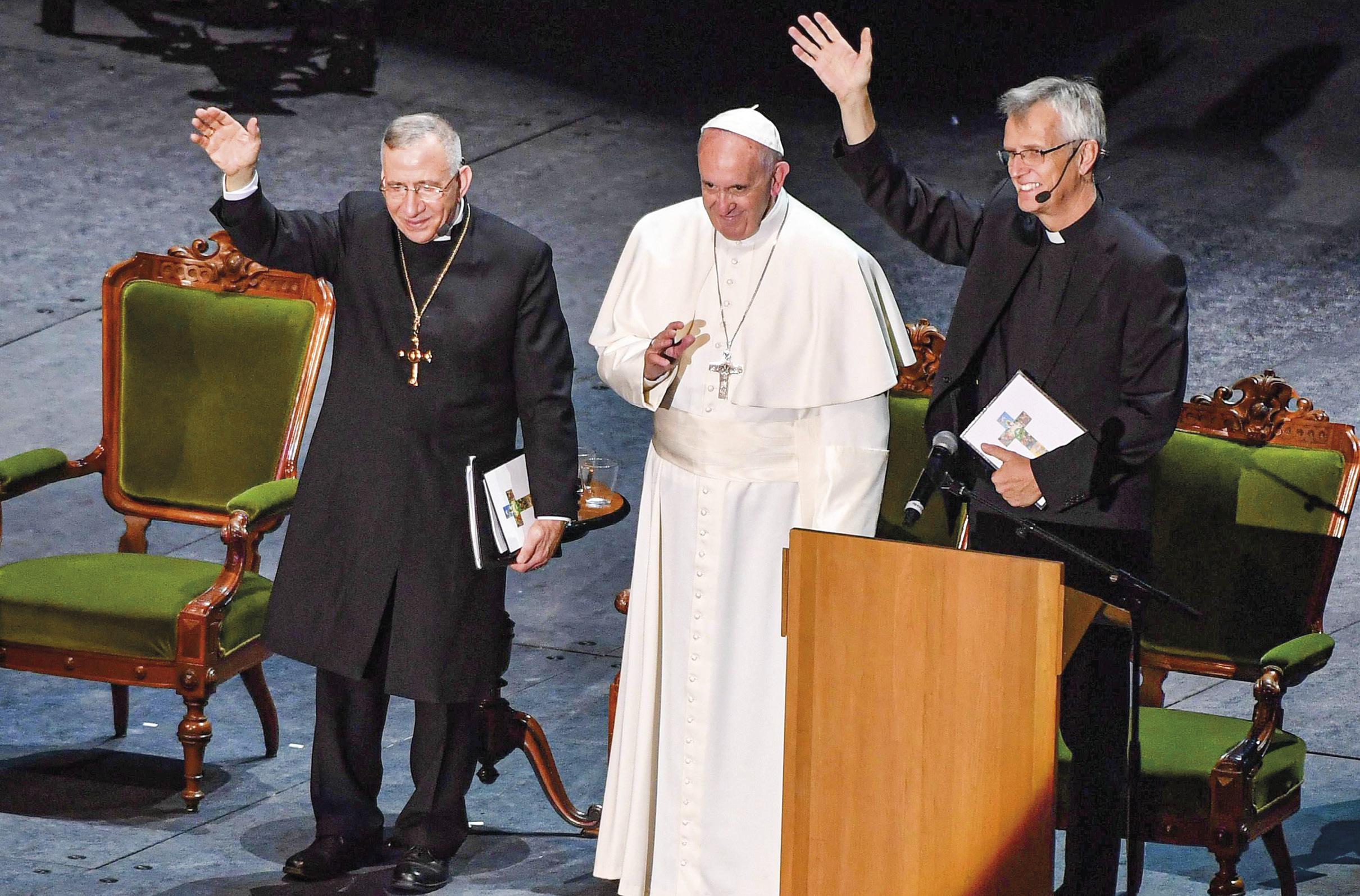 Papa Francisco com o Bispo Munib Younan (à esquerda), presidente da Federação Luterana Mundial, e o Reverendo Martin Junge, secretário geral da organização, na visita à Suécia, em 2016, por ocasião dos 500 anos da Reforma de Lutero.