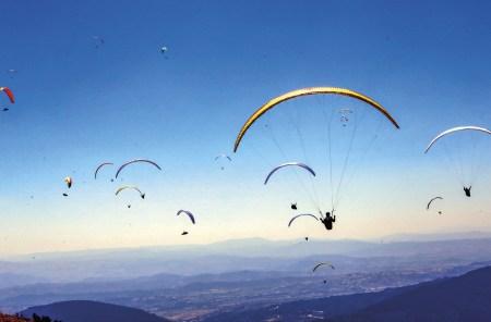 Parapentes durante a Copa do Mundo de Parapente de 2019, realizada na Serra da Estrela, a mais alta cordilheira do território continental de Portugal, Manteigas, 2 de julho de 2019. EPA / ANTONIO JOSE