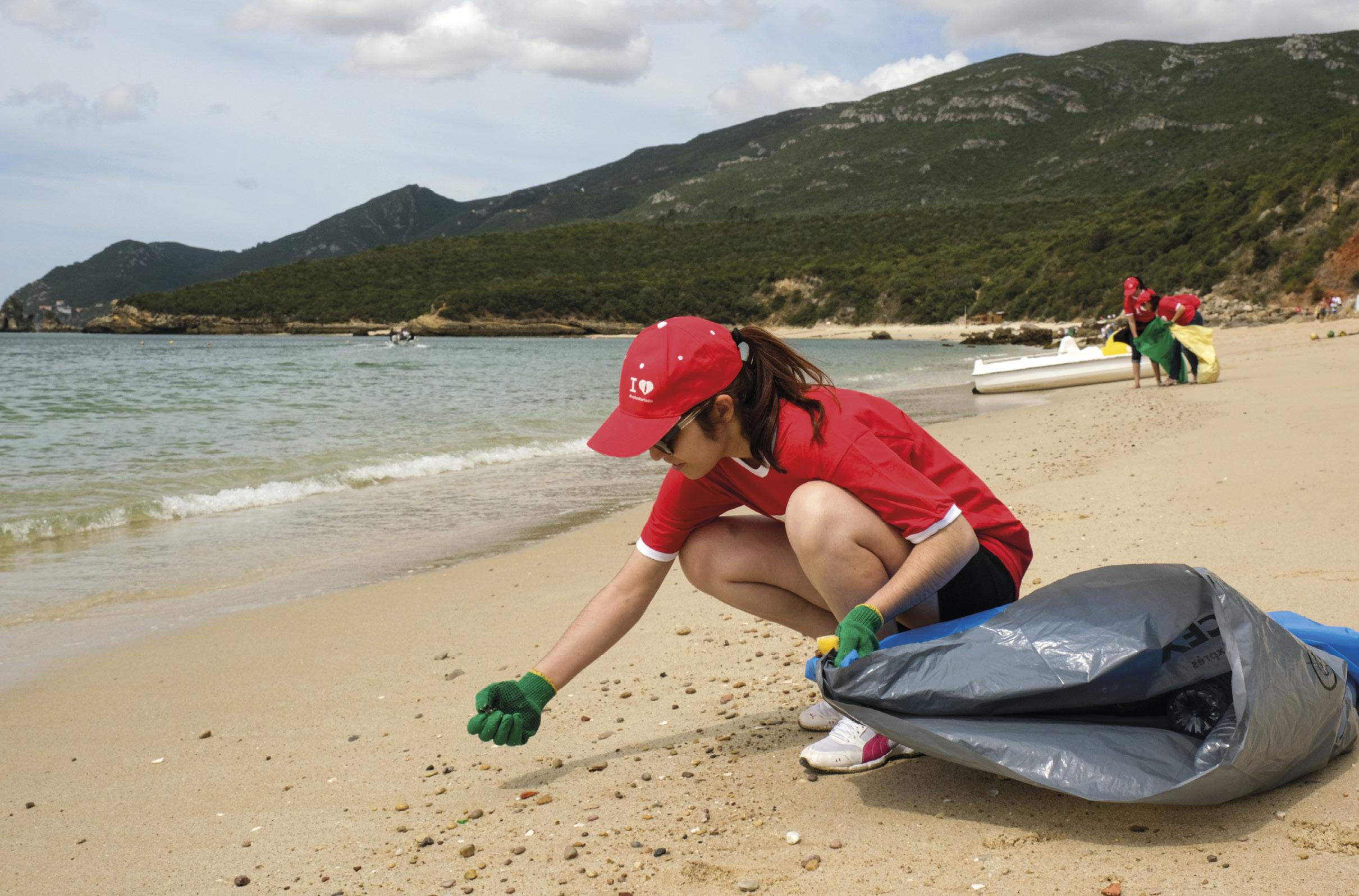 """Voluntários durante a ação de limpeza da praia de Galapos, do programa """"Mares Circulares"""", em colaboração com a Liga para a Proteção da Natureza (LPN), em Setúbal, 05 de junho de 2019. RUI MINDERICO/LUSA"""