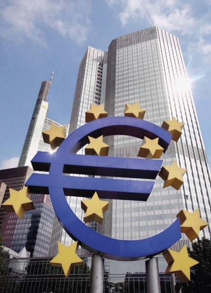 Banco Central Europeu (BCE) atrás do logotipo do símbolo do Euro pelo artista Otmar Hoerl, Frankfurt, Alemanha. Foto: EPA / Boris Roessler.