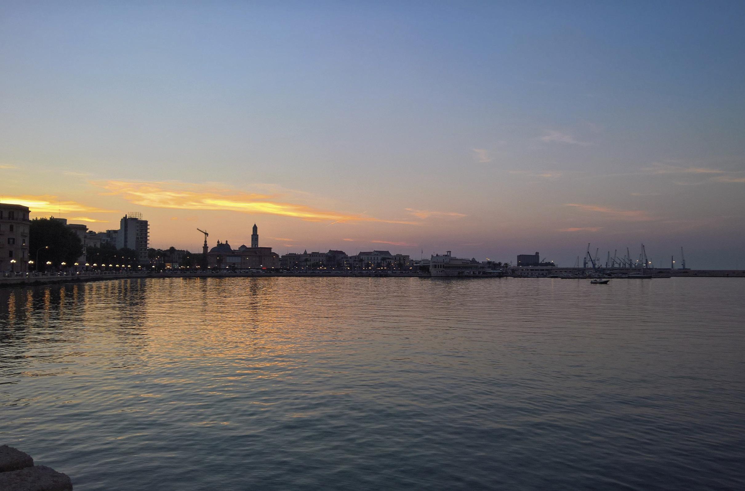 Bari, beira mar. Foto Ra Boe | Commons.wikimedia.