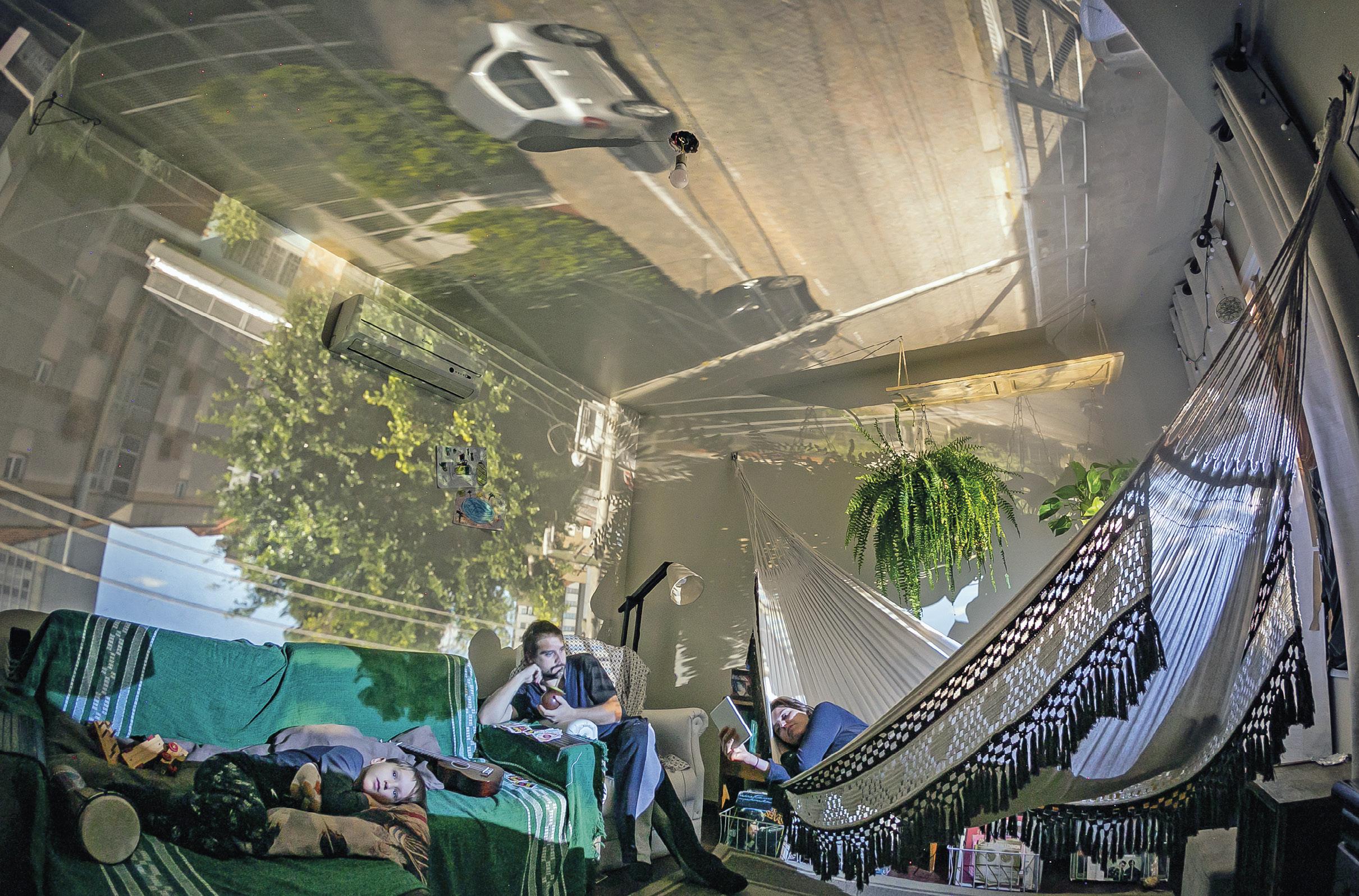 Fotografia do confinamento no Brasil - projeto câmara escura, Brasil, 3 maio 2020. EPA | Guilherme Santos.