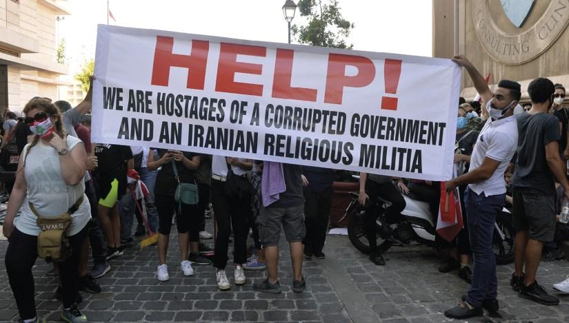 Manifestantes durante protesto após a explosão, em Beirute, no Líbano, a 8 de agosto de 2020, exigem mudanças na política do país e o fim da corrupção.