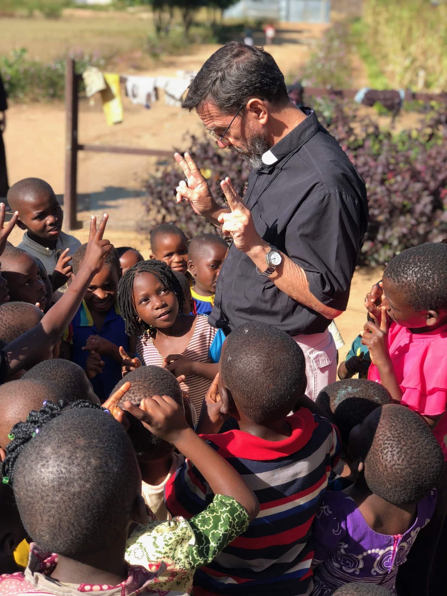 Bispo de Pemba, Dom Luiz Fernando Lisboa, no meio das crianças