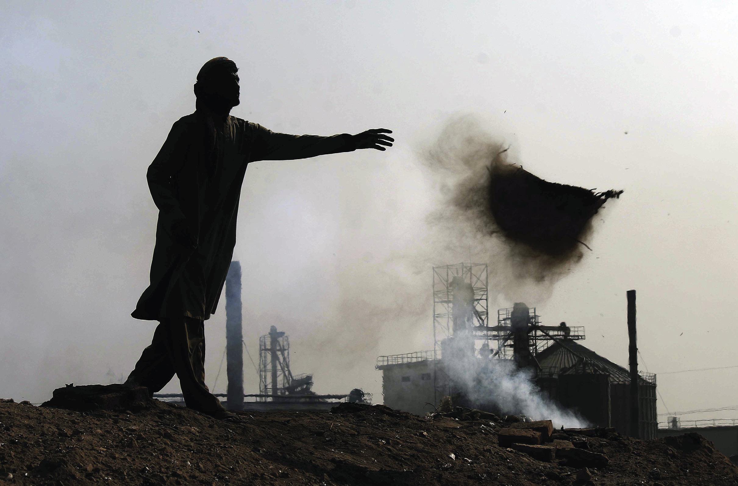 Fábrica nos arredores de Karachi, Paquistão, onde a qualidade do ar atingiu níveis perigosamente prejudiciais à saúde. Foto EPA / SHAHZAIB AKBER