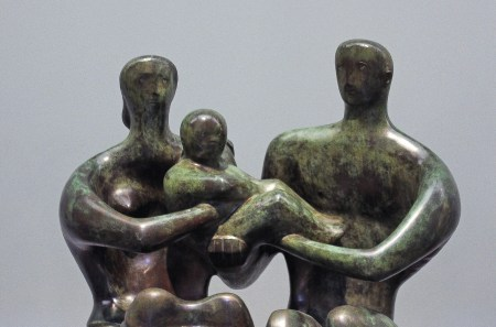 Família. Escultura em bronze de Henry Moore (1949) exibida no Tate Museum. Foto de Rick Lightelm, 2017 | Wikimedia Commons.