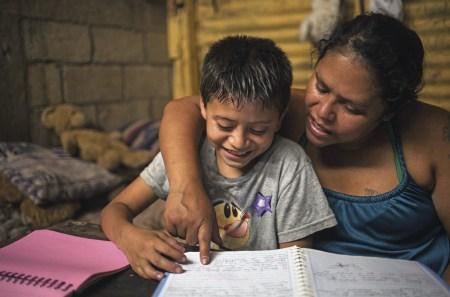 Projeto Educativo Los Patojos, inspirado no desenvolvimento humano e na justiça social, continua o seu trabalho durante a pandemia do coronavírus, chegando às humildes residências de seus alunos com ajuda humanitária e acompanhando as atividades escolares em quarentena. Na foto a mãe Viviana com o seu filho Eduardo, Jocotenango, Guatemala, maio 2020. EPA / Esteban Biba.
