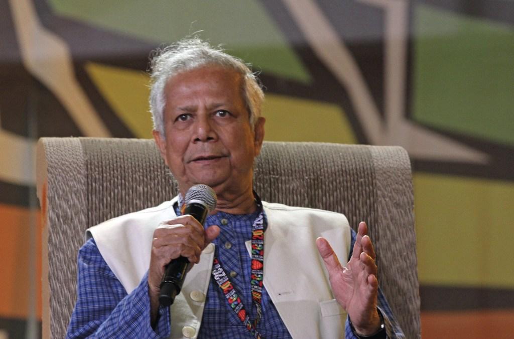 """Mohammad Yunus, economista e banqueiro bengali, prémio Nobel da paz 2006, autor do livro O banqueiro dos pobres. Foto do Fórum Económico Mundial 2009, em Davos, Suíça, durante a sessão """"Restaurando o Crescimento através da Economia Social"""".   Wikimedia Commons."""