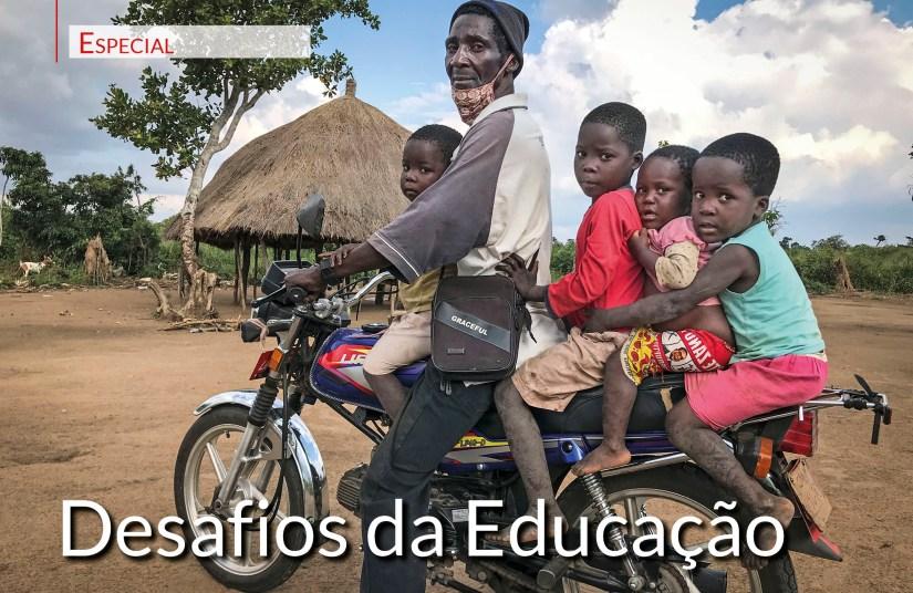 João Samson (e os netos), 59 anos, ex-combatente da Renamo, Moçambique. Foto 2021 ANDRÉ CATUEIRA/LUSA.