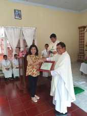 Pemberian penghargaan kepada Bpk. Hermanto Hanna selaku donatur material bangunan yang diterima oleh Ibu Hermanto