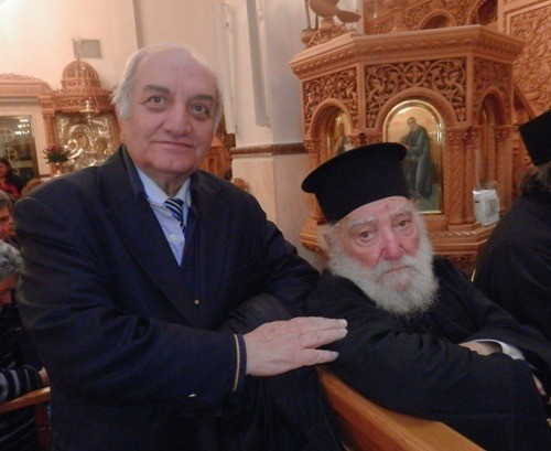 "O τιμώμενος κληρικός, μαζί με τον Εκδότη των Θηραϊκών Νέων""κ. Ε.Α. Λιγνό"