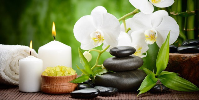 Alte asiatische Massagemethode mit warmen Lavasteinen für ein physisches und seelisches Gleichgewicht.