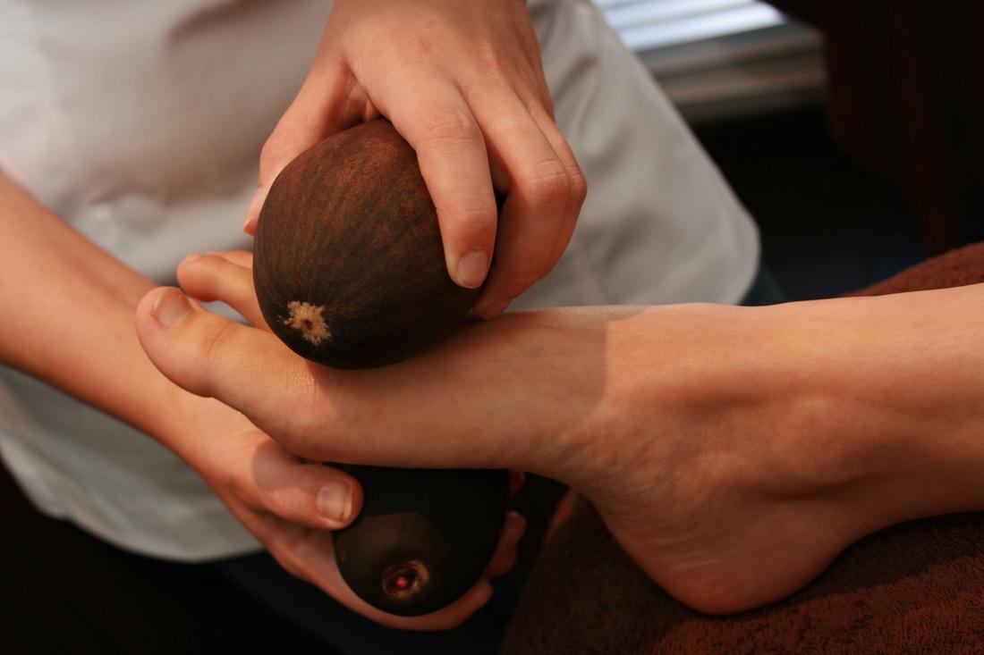 Ganzkörper- Massage mit Baobab-Nüssen..