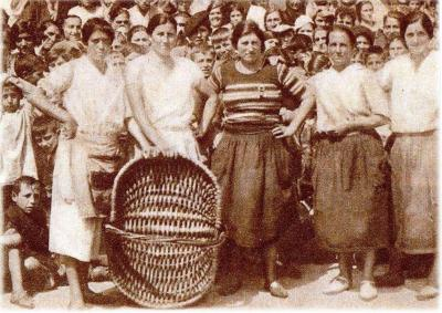 grupo de sardineras con cesta