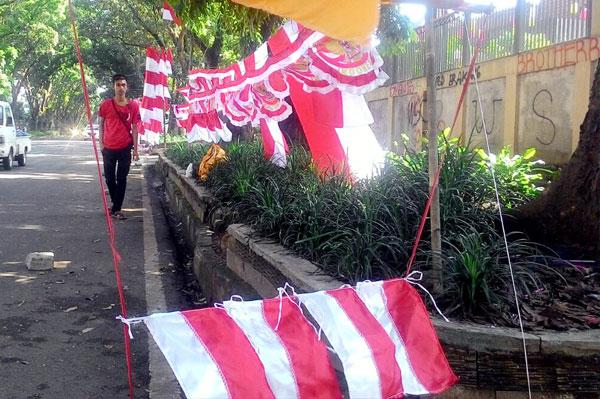 Kang Taufik Penjual bendera merah putih musiman dari Garut