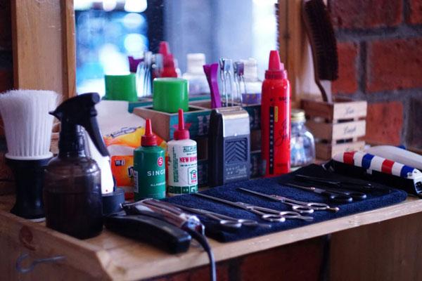 Alat-alat pangkas rambut di Bogor