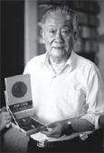 Лю Байюй демонстрирует памятную медаль премии Мао Дуня