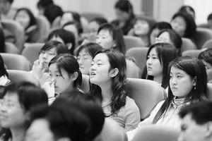 """Студенты вуз'а слушают лекцию известного писателя. Из архивов """"新华""""."""