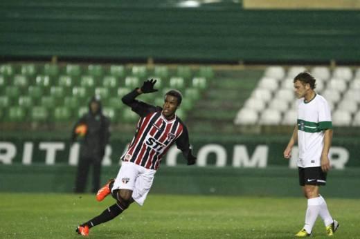 Joanderson, autor de 3 gols na goleada de 5x1 sobre o Coritiba